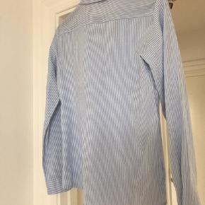 Noisy May skjorte str. M  Blåstribet. Er desværre for lille til mig over brystet, hvorfor jeg sælger den videre. Har været brugt ganske få gange.  Kan evt. sendes mod købers betaling af porto.