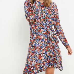 Envii kjole med fin binde-detalje 😊 Brugt 1 gang  Afhentes i Aalborg C eller sendes med dao. Køber betaler Porto på 36,-