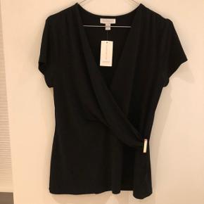 Ny bluse / t-shirt fra Charter Club størrelse S, men passer næsten bedre end medium.  Stadig med mærke.  Guld spænde (wrap effekt)