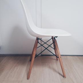 2 lovlige Eames replica DSW stole købt fra Lakeland i Storbritannien sælges. Designet er Eames, men materialer og fabrikation er ikke Eames og derfor den konkurrencedygtige pris. Træet er birk, sort metal og cremefarvet skal, som er svær at fotografere. Det skal understreges at skallen modtager farve fx fra sollys og derfor er delvist lidt gullig. Derfor den yderst pæne pris. Skal hentes i Viby J. Pris pr. stk: 150, begge for 250!