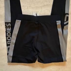 højtaljede tights i Black/steel fra better bodies, nye med tags.  Har al alt for meget træningstøj, så sælger ud af klædeskabet 😊  Nypris 600,-