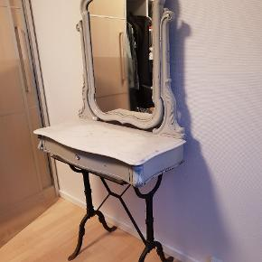 Jeg købte dette møbel men har aldrig brugt det. Det er looket at det er patina stil. Så det er lavet så det ser lidt slidt ud. Det er hvid marmor plade med skuffe til evt smykker. Spejlet kan vippes og det står ovenpå et gammelt symaskine stel. Skriv for mere info :) jeg har stadig kvittering og er købt for 1500 kr