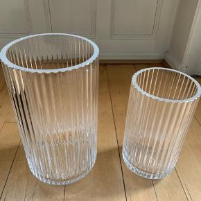 2 stk Lyngby by Hilfling vaser  Står som nye uden skår / skrammer.  Sælges samlet eller enkeltvis   Vase 20 cm.  Nypris kr 600 / sælges for kr 300 Vase 25 cm  Nypris kr 800 / sælges for kr 400 Pris for begge vaser 550,-  Kun salg ved personlig afhentning i Kbh.