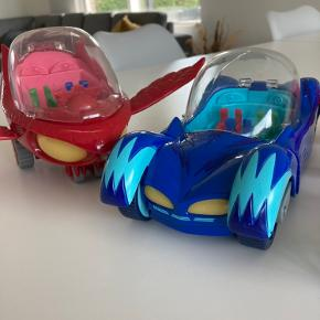 Bil og flyver med lyd og lys (de store) + 9 figurer.  Ny pris ca 900kr. Sælges samlet for 250kr. Ikke brugt meget. Står som nyt. Kan sendes for købers regning