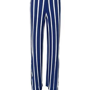 Lækre mørkeblå glimmerbukser by Malene Birger.  Super behagelige at have på. Er selv en str. 36-38  Tager kun imod seriøse bud.  Np: 1399  Skriv for flere billeder 🦋