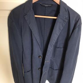 Helt ny blazerjakke i bomuld i str 54. Passer perfekt til jeans og snikkers. Er købt et nummer for stort, hvorfor jeg ikke har brugt den. Nypris 900 kr