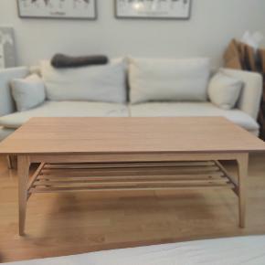 RIGTIG BILLIGT - FLYTTESALG  Flot sofabord. Købt i Jysk.  Flot og praktisk hylde under bordet.  MÅL: B60-L120-H44