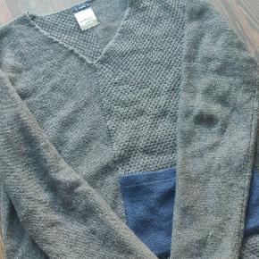 Lækker sweater fra Bertoni, det perfekte match til skjorten. Den er uden huller eller kosmetiske fejl.   Kan afhentes i Hillerød eller sendes.  Se gerne andre annoncer for mere tøj