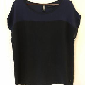 Varetype: Bluse Størrelse: 44 Farve: Sort og Blå Oprindelig købspris: 400 kr.  Bluse med korte ærmer. Stoffet er let gennemsigtigt - 100% Viskose.