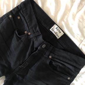 CUSTOM - jeg har flosset det nederste så de ikke er så som sorte jeans ellers kan være  Størrelsen er 28/32  De er brugte og det kan ses, men stadig flotte sorte. Der er et hul i lommen til højre, men jeg kan sagtens have mobil deri alligevel