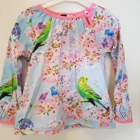 Godt brugt bluse med undulater men stadig fin. Der er fnuller men mest i kanterne.