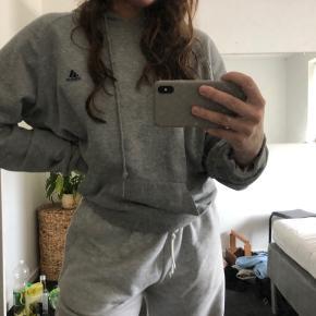 Sælger min vintage Adidas hoodie da jeg ikke for den brugt<3  Byd gerne💗