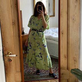 Flot retro kjole med blomstermotiver, lommer, knapper og bæltestropper. Str. 42 - fitter onesize alt efter hvordan man ønsker fittet. Kan også bruges åben som lang kimono/jakke. God stand.  Obs. Bælte medfølger ikke