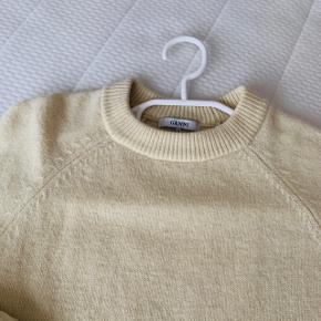 Rigtig fin pastel gul sweater fra Ganni . Den er forholdsvis tætsiddende og passer en str. xs-s. Brugt minimalt, hvorfor den gode stand og fnullerfri 💛💛 80 % uld 🌸