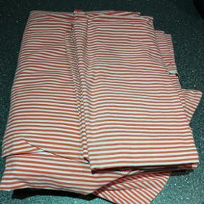 Sengesæt med striber rød/hvid - i rigtig fin stand uden pletter mm. Det eneste er et lille hul i det ene pudebetræk. 140x200 - der er to sæt - BYD