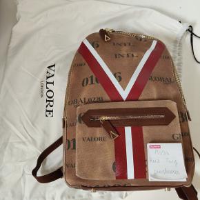 Sælger denne Valore London rygsæk Aldrig brugt Mange lækre detaljer, vild kvalitet, da den er håndlavet i Italien  Nypris 590 £ Sælger også en dufflebag i samme design