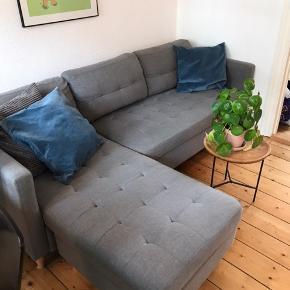 Rigtig fin FALSKEV sofa fra Jysk. Kan stadig købes i butikkerne for 3999. Købt i 2018  Mål: B: 219 - H: 80 - D: 83/151  Chaiselongen kan spejlvendes, og kan dermed skilles ad under flytning.   Et af benene under sofaen er knækket i gevindet, men den står stadig som den skal.   Sælges da den desværre fylder for meget i vores lejlighed.