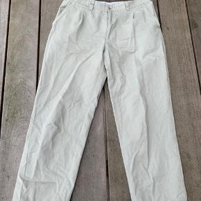 Christian Dior bukser i hvide/creme i super god stand.  Str L Brugt meget få gange, og sælges kun grundet at størrelsen ikke længere passer mig.  Betaling foregår via tradono eller mobilepay.