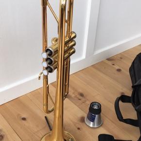 Yamaha trompet YTR 2330 sælges fordi jeg ikke bruger den, og den er brugt meget lidt. Taske, dæmper og stativ medfølger.  BYD