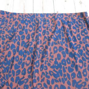Lang nederdel med flæser i let kvalitet. Farven er chokolade, mørkeblå og sort i leopardtryk. Aldrig brugt og stadig med mærke.  Pris: 125,- pp.  Kan afhentes hos mig i København NV, eller sendes med DAO. Se også mine mange andre annoncer og spar ved køb af mere :)  #30dayssellout