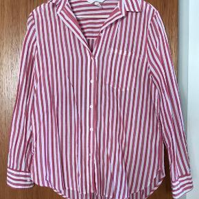 Hvid og rødstribet skjorte i str. 38. Brugt og vasket 1 gang.