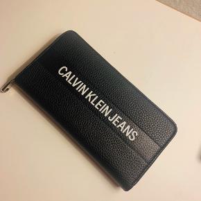 Calvin Klein unisex Pung   Brugt maks 10 gange så fremstår som sprit ny.  Købt for 800kr  Sælges for 300kr   Super fed og med masser plads