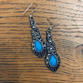 Øreringe der er brugt enkelte gange. Virkelig flot og dyb blå farve sten. Ca 4-4.5cm lange