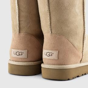 UGG Boots Classic Short II, Beige, meget lidt brugte. Ruskind meget pæn, sål meget pæn med minimalt slid. Kan fremsende billeder ved ønske