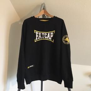 Pæn Fatcap sweatshirt i sort størrelse XL. Kun brugt få gange er som ny.