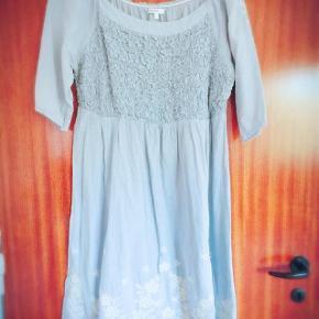 KappAhl virkelig flot gråblålig kjole str 44. Brystvidde ca 2 x 50 cm og længde ca 91 cm.