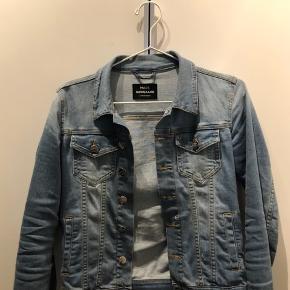 Sælger min fine denim jakke fra Mads Nørgaard. Den har 2 små maling pletter på sig, men det er ikke noget man ligger mærke til. 😊 Er ikke slået fast på prisen endnu, så i må meget gerne byde!!!