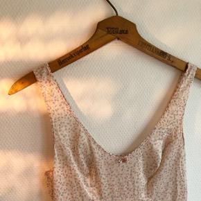 Vintage underkjole/natkjole.  Lavet i Danmark.  Står ingen str. i, men vil gætte på S.  I ret fin stand 🌸   #30dayssellout