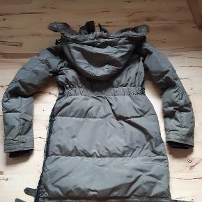 Rigtig lækker jakke, den er gået lidt op I syningen nederst ved lynlåsen(kan ses på billede) sælges derfor BILLIGT ! Byd hvis du ikke synes det er en fair pris 😉