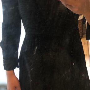 Lynlås i siden. Gennemsigtig. 3/4 lange ærmer med perler som knapper samt perleknap lukning i nakken. Str s-m. Jeg er 177 cm høj