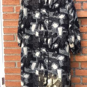 Dejlig kjole - kan bruges som den er eller man kan sætte det medfølgende bånd i taljen.  Brug den Iver strømpebukser, tights eller stramme jeans.  Str 44 Længde: 91 cm Brystmål 2x58 cm