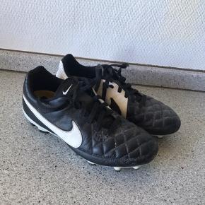 Lækre nike fodboldstøvler i læder Str 35 Måler 22 cm  Ikke brugt ret meget.