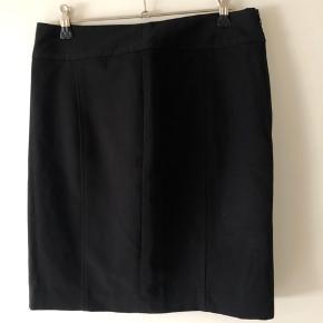 Nederdel med lynlås i siden.