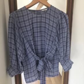Lækker Envii trøje med bindebånd, der både kan bindes bagved og foran, i str. S. Brugt maks 3 gange, så den er god som ny