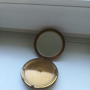 Gammelt pudderspejl.