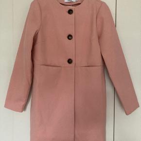 Flot fersken/lyserød jakke med tre knapper foran. Virkelig flot, men jeg får den ikke brugt :(  Der er et lille mærke, hvor stoffet er lidt slidt bag på.