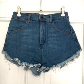 Cool denim shorts fra Zara i str. 36 (passes af en S). Super behagelige! De er aldrig brugt. Byd gerne og tjek mine andre annoncer ud for mængderabat 🌟 Fragt: 39kr