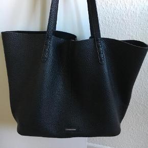 Varetype: Håndtaske Størrelse: Medium-Large Farve: Sort Oprindelig købspris: 1900 kr.  Flot lædertaske sælges. Brugt få gange, og fremstår derfor som ny uden ridser eller anden slitage.