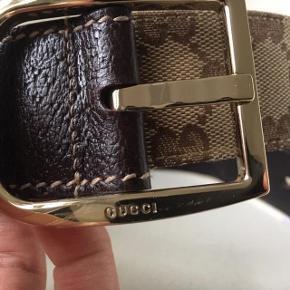 Lækkert Guccibælte med logomønster og læder i enderne samt guldspænde. Str. 90 Næsten ikke brugt. Købt i Kbh, Østergade.  Kvittering haves.  Prisen er fast og underbud besvares ikke