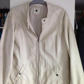 Varetype: Jakke Farve: Creme Oprindelig købspris: 399 kr.  Smart jakke, (ikke ægte skind)kun brugt en gang,længde ca 65cm,brystvidden ca 2x56cm , bruger også mobilepay