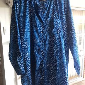 Super fed skjorte i den flotteste klare blå farve. Style den med et fedt bælte. Kan bruges som kjole også. Længde for: 85cm Længde bag: 96cm   Byd gerne, med lad være med at skambyde. Det er urealistisk og spild af både din og min tid. At byde halv pris eller derunder er at betragte som skambud!  Lad være med at spørge efter min MP. Du har intet at tabe ved at byde din MAX pris, med mindre den er urealistisk.