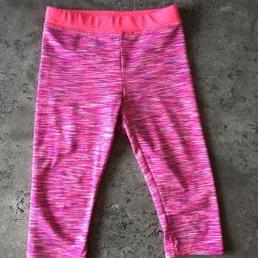 Pinke leggings med stretch og 3/4 benlængde. Str. 98/104. God stand.