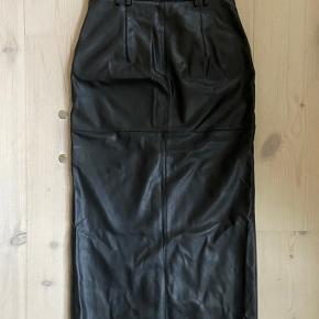 Super cool imiteret lang læder nederdel (ca. ned til ankel) slids foran.  Uden anmærkninger.  Der er stretch i den så den er super behagelig at have på ;-)