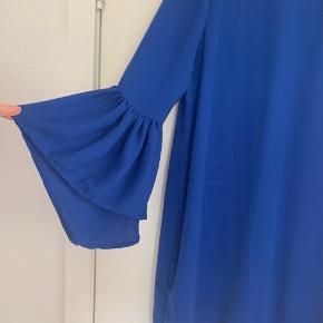Smuk kjole i den fantastiske blå farve, brugt 1 gang. Underkjole. Både kjole og underkjole er 100% polyester.