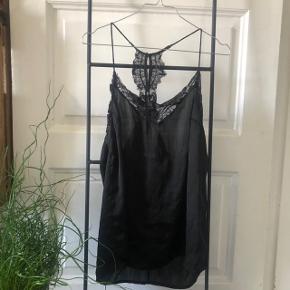 """Selected Femme silk top med blonder.   Super let og lækker.   Det er meningen at blonderne ikke er """"pæne"""""""