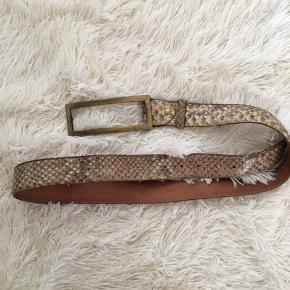 Bælte fra Italien  Vera  Pelle Real Reptile  Str: 105/ 120 cm Np: 1250kr  Mp: 180kr  Sender via Dao  ❌ bytte ikke.
